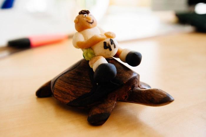 """Asztala állandó dísze a teknős és """"lovasa"""". Fotó: Fegyverneky Sándor"""