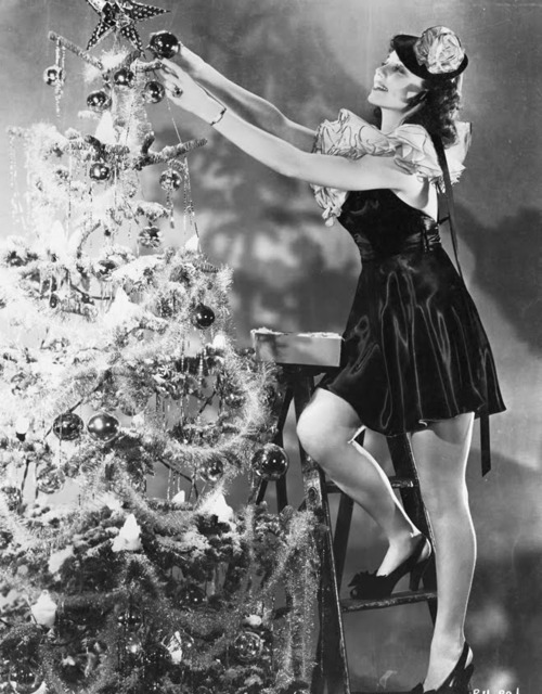 1950s-tree-decorating-pic