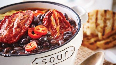 Sopa de frijol con jitomate rostizado