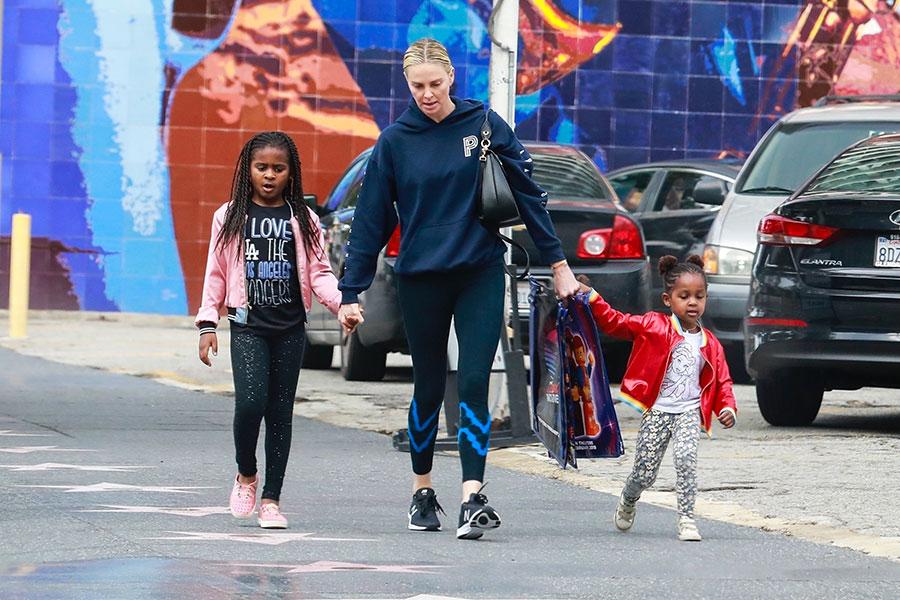 Charlize Theron explica por qué viste a su hijo como niña
