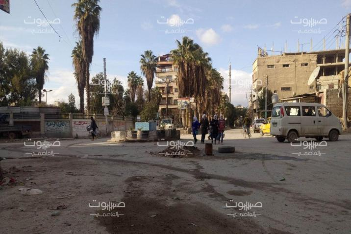 ألقى بهم على أرصفة الطرق.. النظام يطرد مهجري مخيم اليرموك من مراكز إيواء جنوب دمشق