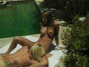 U bazénu se rozpoutá lesbický sex