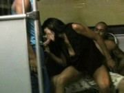 Vůdce pouličního gangu šuká svoji samici v autobuse
