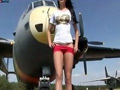 Česká dívka Monika Benz masturbuje pod letadlem
