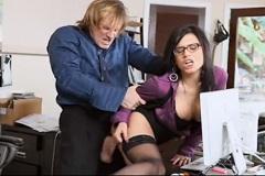 Sekretářka Eva Angelina to dělá se svým šéfem (HD porno)