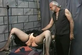 Manželka donucena k masturbaci!