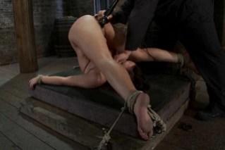 Fetiš porno se svázanou Brooke Adams