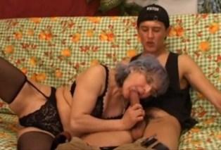 Pornokalendář DP (Jiří 24.4) – Stará bábinka píchá s mladým klučinou