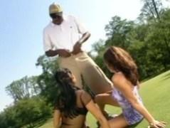 Dominica Leoni a Sandra Romain hrají golf
