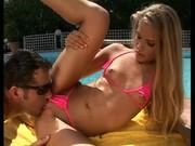 Maďarská pornoherečka Cayenne Klein u bazénu