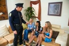 Tři nadržené ženské si to rozdají s policistkou