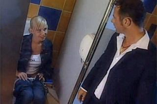 Anální románek na dámské toaletě v podniku (Sandra Iron)