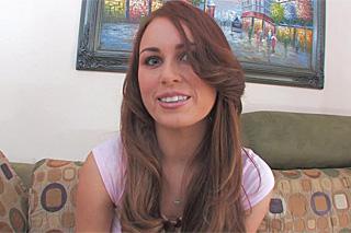 Australská brunetka Kiki Vidis v gang bangu!