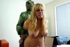 Blondýnka Malloy znásilněna mimozemšťanem!