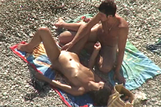 Borec prstí přítelkyni na nudistické pláži – skrytá kamera
