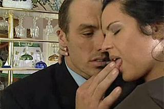 Dáma během nevěry sleduje telefonujícího manžela (Patty Page)