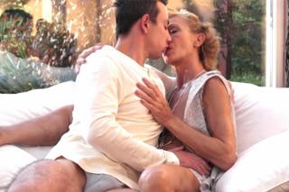 Důchodkyně prožije něžný sex s mladým zetěm (HD porno)