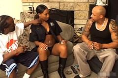 Dva kriminálníci obšťastní kundičku ebony policistky