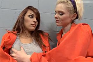 Dvě trestané ženy si zpříjemní pobyt za mřížemi lesbickým sexem
