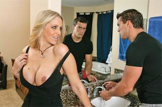 Julia Ann podvede manžela v horním patře domu během večeře