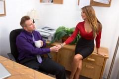 Kolegyně Madison Ivy podrží šéfovi kundičku v kanceláři