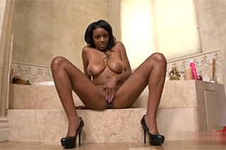 Koupelnový sex s prsatou černoškou