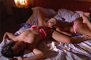 Letité kamarádky se v ložnici něžně pomazlí (Cameron Cruise)