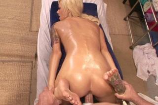Masér svede roztleskávačku na sex (Emma Mae)