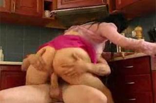 Mladý opravář klátí nadrženou bábu