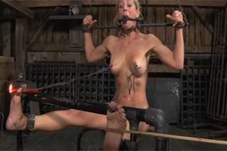 Mučena blondýnka Cherle Deville – BDSM porno