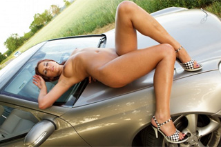 Nadržená dívka Suzy a řadící páka Mercedesu!