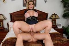 Nadržená policajtka Sara Jay obšťastní penis!