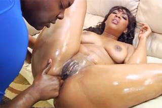 Naolejovaná černoška Juicy Black podrží anál (HD porno)