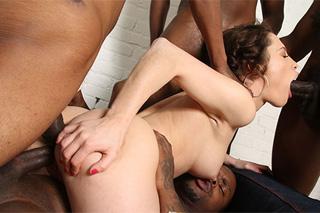 Nikita Bellucci a černošský gang bang (HD porno)