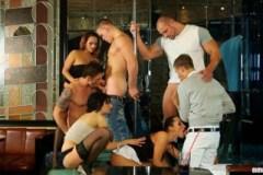 Párty v klubu se zvrhne v bisexuální orgie