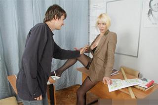 Pohlavní styk ve třídě, aneb ruská profesorka s panicem!