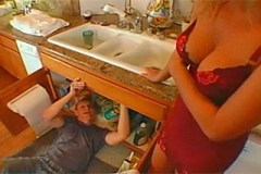 Pornokalendář DP 24.9. – Instalatér Jaromír a přitažlivá žena v domácnosti