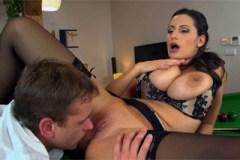 Rumunská prsatka Sensual Jane na biliardovém stole (HD porno)