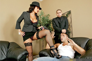 Šéfka mafie Lisa Ann zatočí s penisem dlužníka