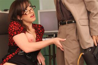 Sex na pracovišti, aneb Jennifer White svádí staršího kolegu!