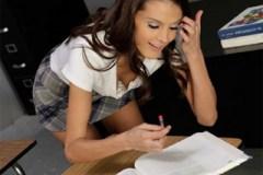 Školačka Gia Steel studuje penis spolužáka!