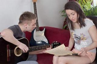 Soukromá výuka kytary skončí teenagerským sexem