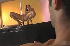 Tanečnice Halye Paige si u tyče análně zamrdá se zákazníkem