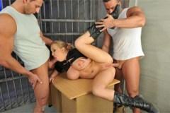 Vězeňský gang bang, aneb vězni dovádí s policajtkou (Jessica Moore)