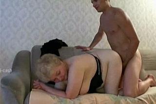 Vnuk si zašuká s vlastní babičkou – rodinné porno
