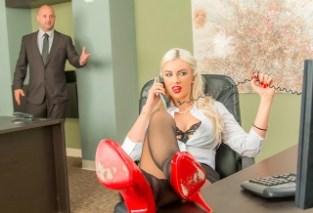 Zvrhlý šéf si sexuálně hraje se svou sekretářkou (Gigi Allens)
