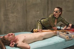 Latexová domina Bella Breaks mučí penis otroka – BDSM porno