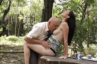 Starší plešatý muž vymrdá těhotnou sousedku na chalupě