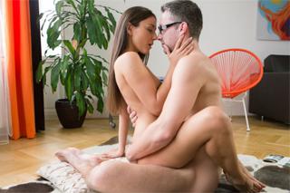 Český pár Ivy a Lutro místo plánování výletu prcá na podlaze
