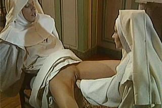 Jeptiška zvládne po mrdačce s knězem i fisting od kolegyně